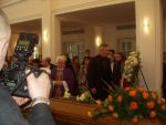 Priest Wiesław Niewęgłowski and Minister of Culture Waldemar Dąbrowski at Zdzisław Beksiński's coffin (7 March 2005 r.).